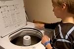 Un gamin joue des percussions sur une machine à laver