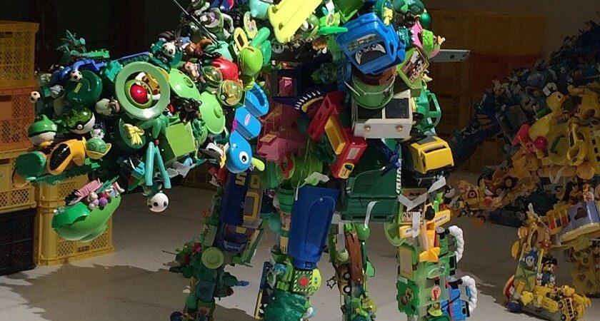 Elle crée des sculptures originales grâce à des jouets plastiques
